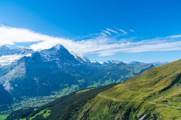スイスのアルプス山とグリンデルワルト村