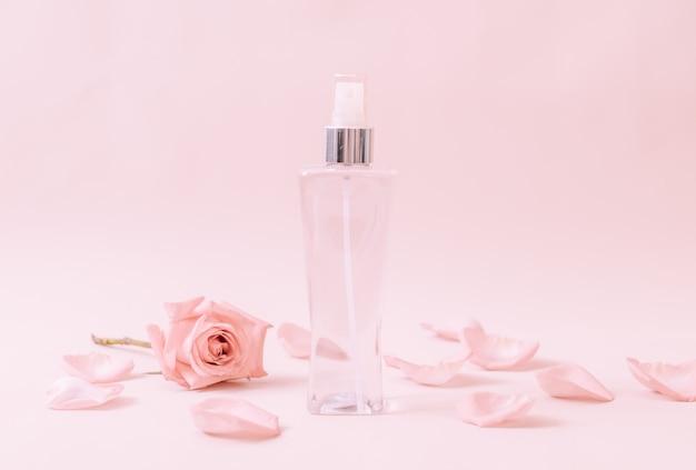 バラの花びらと香水瓶