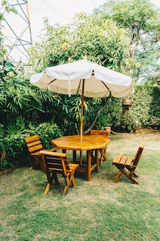 空の木製屋外パティオテーブルと家庭菜園の椅子