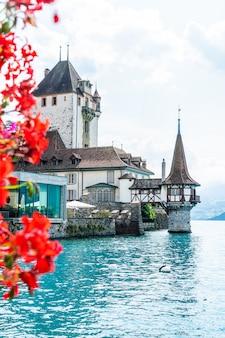 スイスのトゥーン湖の背景を持つオーバーホーフェン城