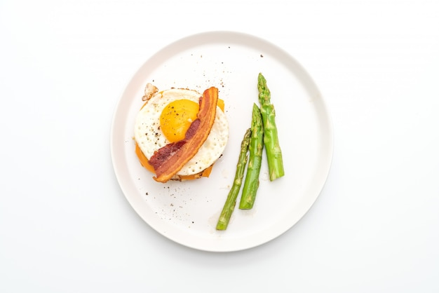 Жареное яйцо с беконом и сыром на завтрак