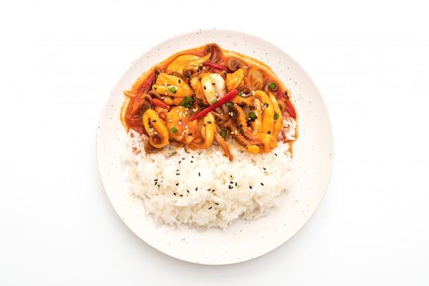 タコまたはイカと韓国のスパイシーペースト(オサムブルゴギ)をご飯と一緒に炒めたもの