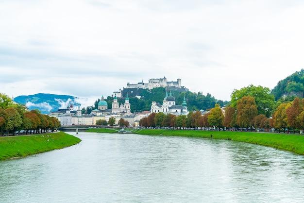 ホーエンザルツブルク城とザルツァッハ川のあるザルツブルク市