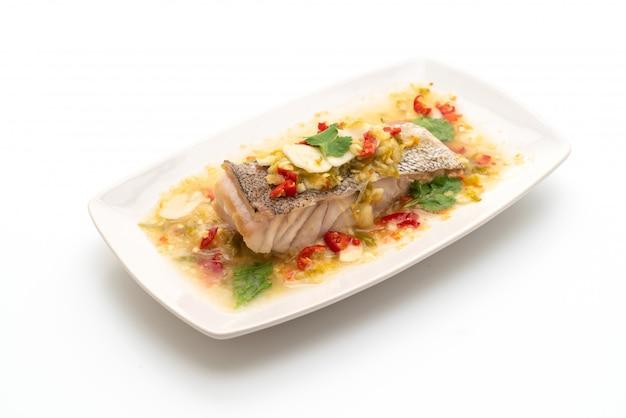ライムドレッシングのチリライムソース添えの蒸しハタ魚の切り身