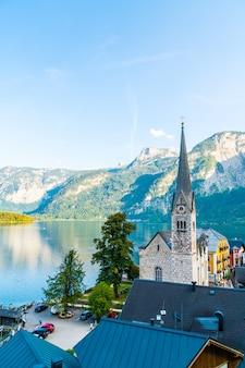 Деревня гальштат на озере хальштеттер в австрийских альпах