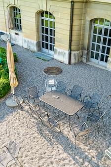 空の屋外パティオチェアとテーブル
