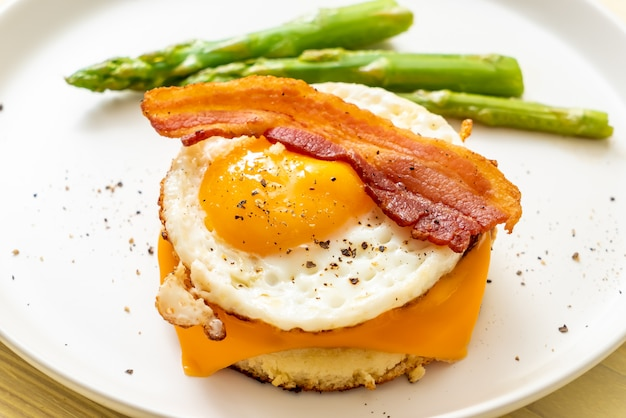 Жареное яйцо с беконом и сыром на блинчике