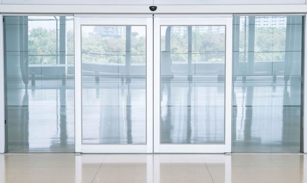 Пустая закрытая дверь