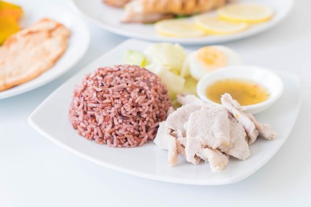 Свиная свинина с острым соусом и лимоном с ягодным рисом