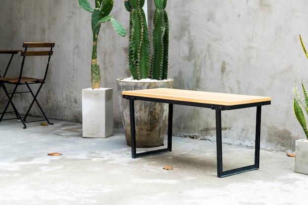 空の屋外パティオテーブルと椅子