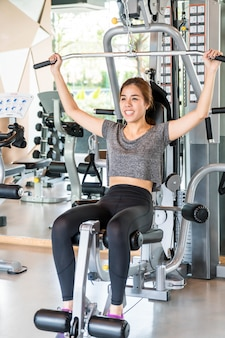 アジアの女性がジムで運動します。