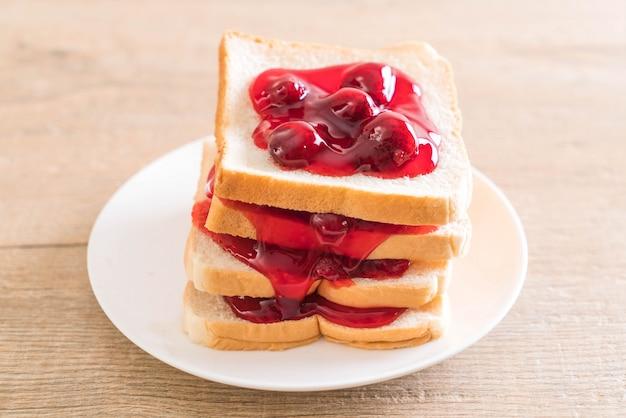 いちごジャムとパン