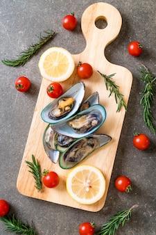 木の板に新鮮なムール貝