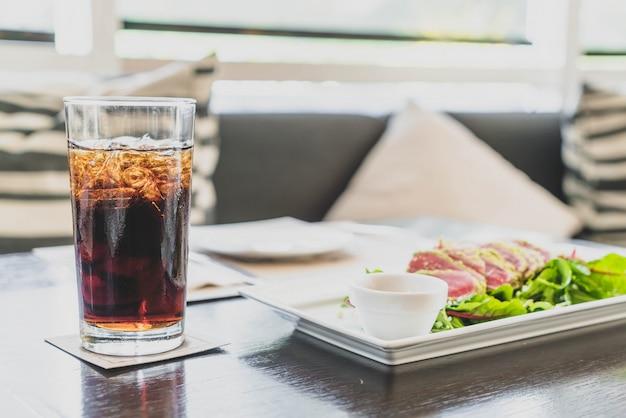 レストランでコーラのガラス