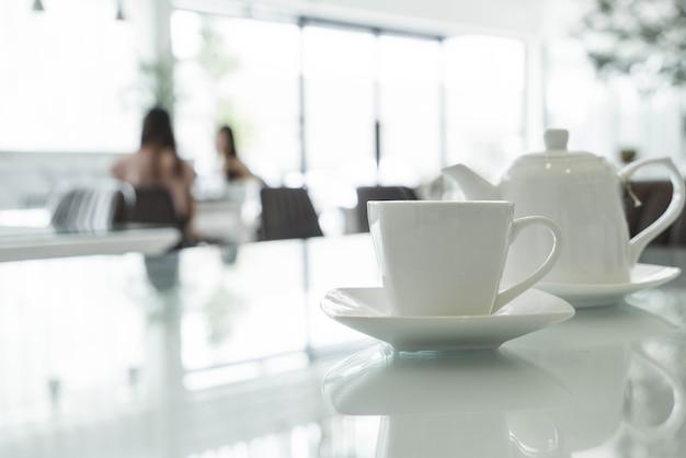テーブル上のお茶カップ