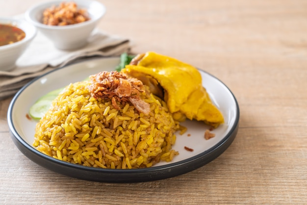 チキンとイスラム教徒の黄色いご飯