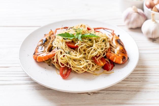 Жареные спагетти с жареными креветками и помидорами