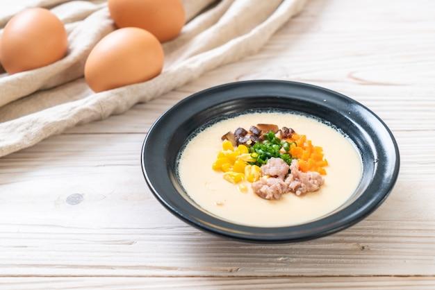 Приготовленное на пару яйцо с фаршем из свинины и овощей