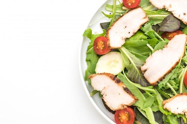 Смешать салат с жареной курицей - стиль здоровой пищи