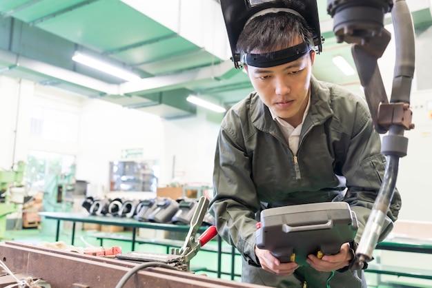 Инженер-электрик работает с роботом