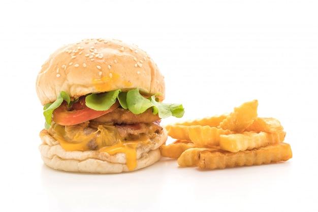 白で隔離自家製の新鮮なおいしいハンバーガーのクローズアップ