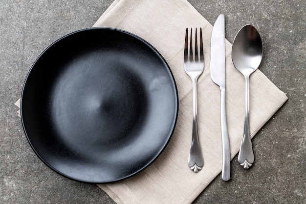 空の皿スプーンフォークとナイフ