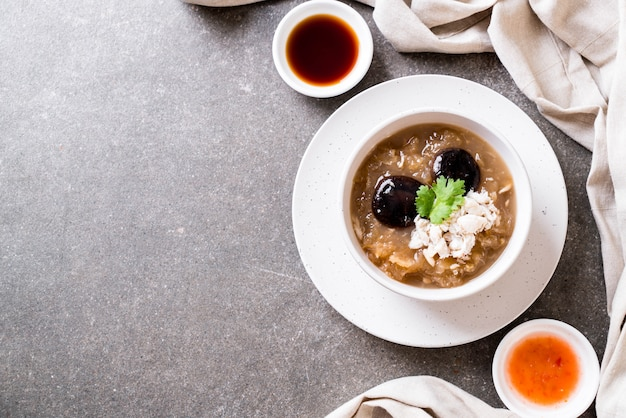 カニと赤のグレービースープの煮込み魚コンゴウインコ