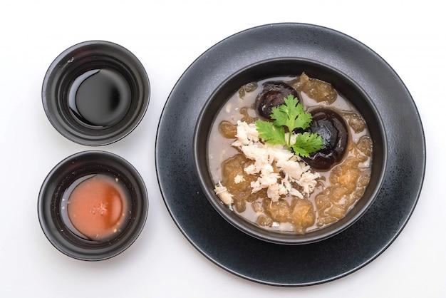 ボウルにカニと赤いグレービースープの煮込み魚コンゴウインコ