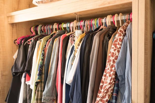 ワードローブクローゼットの中に別の服を持つハンガー