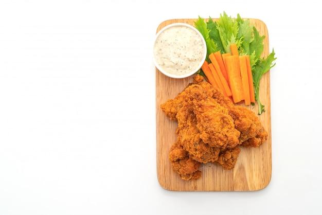 Жареные острые куриные крылышки с овощами