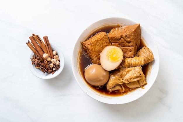 ブラウンソースまたは甘いグレービーソースのゆで卵