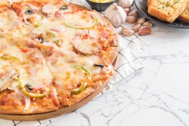 ハムとソーセージのピザ