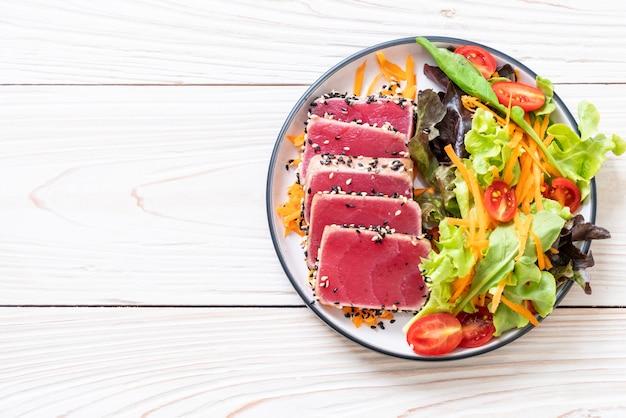 新鮮なマグロの野菜サラダ生