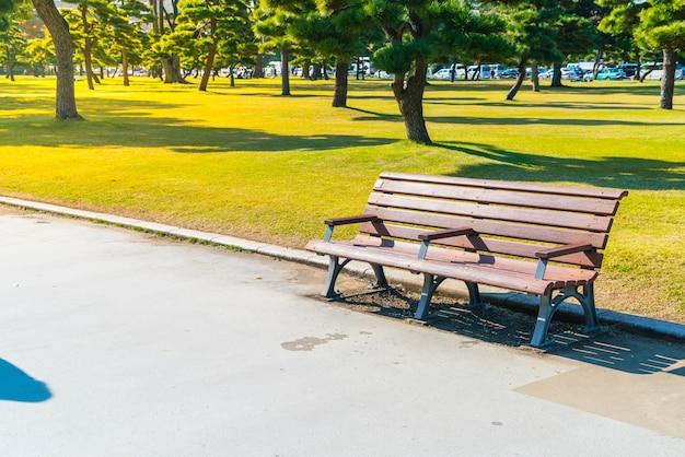 秋の公園のベンチ