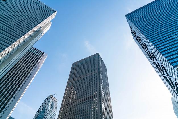 Высотные здания и голубое небо - синдзюку, токио