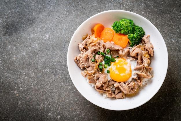 どんぶり、温かい卵と野菜の豚丼