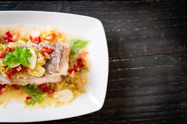 ライムドレッシングのチリライムソースとハタの魚の切り身の蒸し