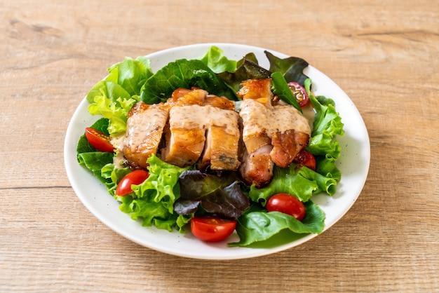 Курица гриль с овощным салатом