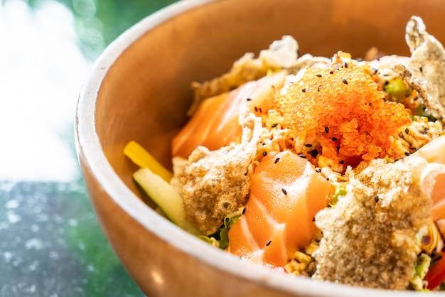 新鮮なサーモンの生揚げサラダ