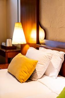 Подушка на кровать, украшение в спальне