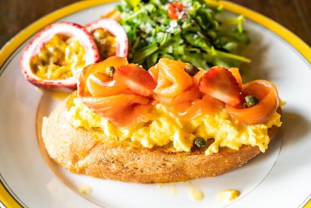 スモークサーモンとクランブルエッグトースト
