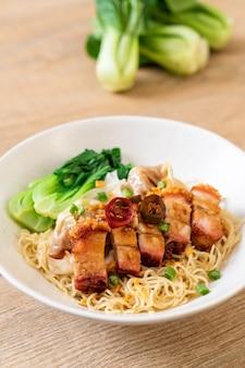 サクサクした豚バラ肉とワンタンの卵麺スープ