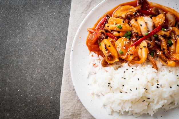 タコまたはイカの炒め物と韓国風スパイシーペースト(オサムプルコギ)
