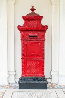 赤いメールレターボックス