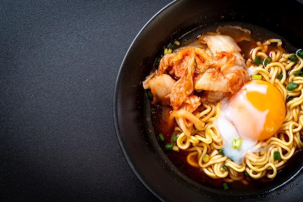 キムチと卵入り韓国のインスタントラーメン