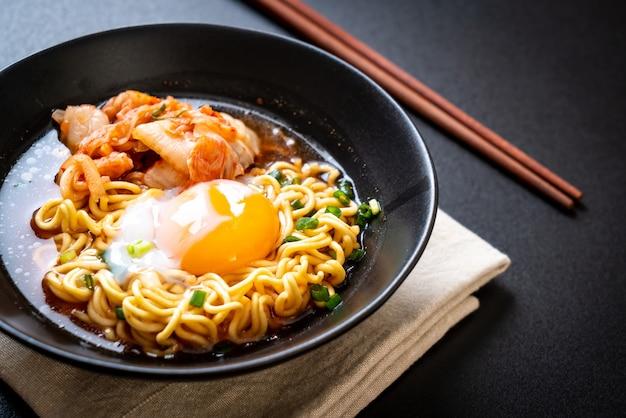 Корейская лапша быстрого приготовления с кимчи и яйцом