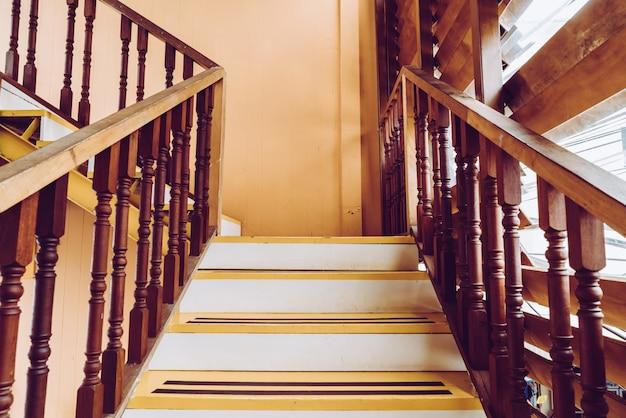 空の木の階段