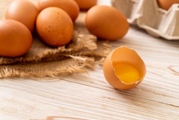 壊れた卵黄と茶色の卵