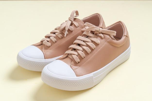 Женские кожаные кроссовки обувь
