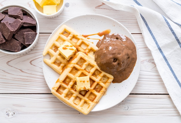 ワッフルとチョコレートアイスクリーム